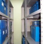 Documentos organizados en estanterías