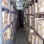 Estanterías que contienen los documentos sin organización
