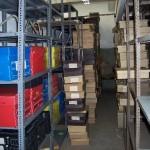 Estantes con cajas sin organizar