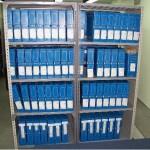 Documentos organizados en las estanterías
