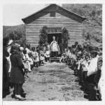 Obispo Guido Beck de Ramberga oficiando liturgia en comunidad mapuche de la AraucaníaObispo Guido Beck de Ramberga junto a Pascual Alcapang y Antonio Cheuque, presbíteros de origen mapuche