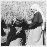 Mujer mapuche en actitud de oración junto a hermana misionera