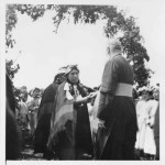 Sacerdote capuchino entregando sacramentos en comunidad mapuche