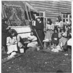 Grupo de niñas aprendiendo el oficio del telar junto a hermana misionera