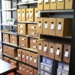 Aspecto parcial de los estantes con los archivos empaquetados