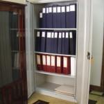 Archivo LPES organizado en estante metálico contiene actas, documentación administrativa y otros
