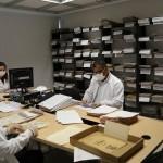 De izq. a der. Roberto Cervantes, Andrea Strauch y Modesto De la Hoz, durante el ordenamiento y clasificación de los documentos