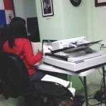 Personal escaneando documentos