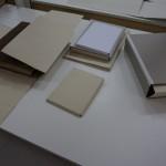Almacenamiento en carpetas fabricadas con papel libre de ácido en cajas.