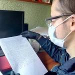 Lectura de documentación de investigaciones del Instituto Colombiano de Cultura Hispánica
