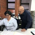 La contratista revisa el material a digitar