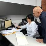 Digitadora y revisor coordinando el trabajo