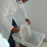 Lavado de documentos con solución acuosa e hidróxido de calcio, previa medición de PH.