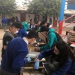 Estudiantes del Liceo Luis Urbina Flores colaboran en el ordenamiento y limpieza de la serie libros de clase.