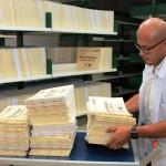 El contratista Steve Fonseca Fernández finalmente traslada al depósito y acomoda por número consecutivo, los expedientes de índices notariales ya terminados.