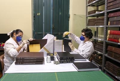 Processo de higienização dos documentos encadernados